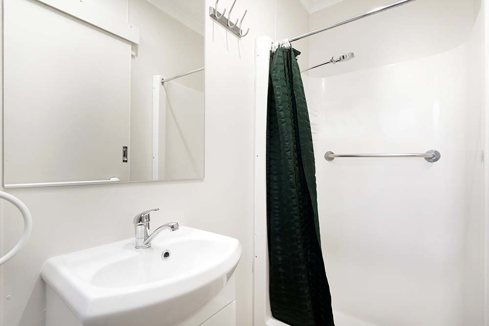 deluxe-cabin-bathroom